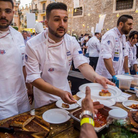 http://www.cibonostrum.eu/wp-content/uploads/2017/06/taormina-cooking-fest-2017-210_BZ-540x540.jpg